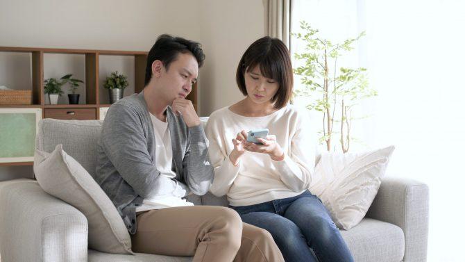 スマートフォンを観るカップル