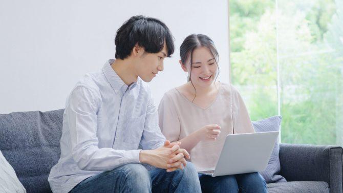 パソコンを使う若い夫婦・カップル
