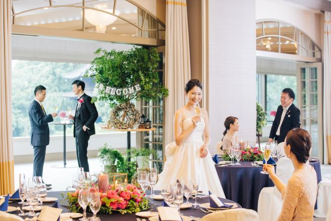 披露宴でご歓談する花嫁
