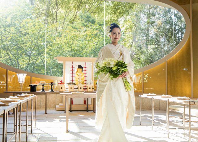 神殿のなかで白無垢を着た新婦