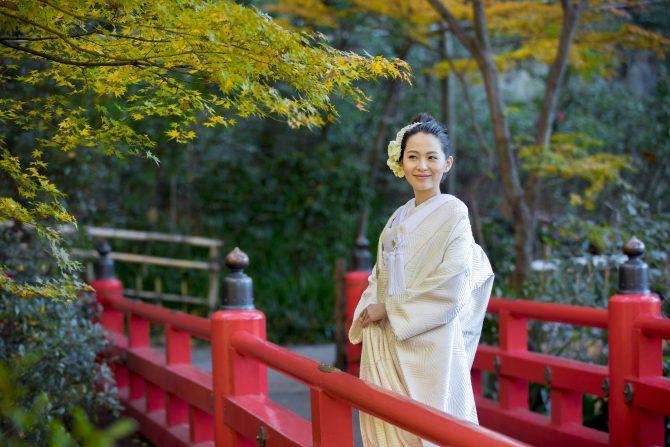 白無垢を着て赤い橋に佇む新婦