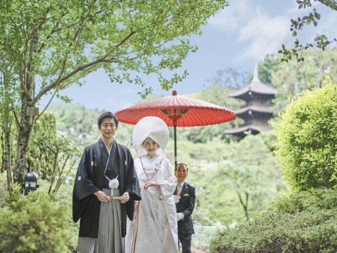 朱傘を差しながら行う花嫁御幸